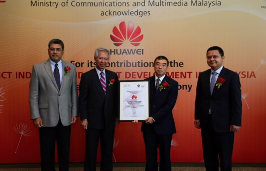 Mr. David Wang Cheng Dong, President of Huawei Global Government Affairs Dept, received the award and the certificate.